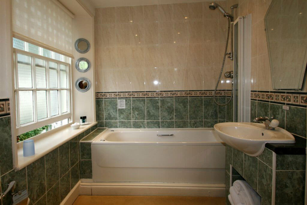 en-suite spa bath