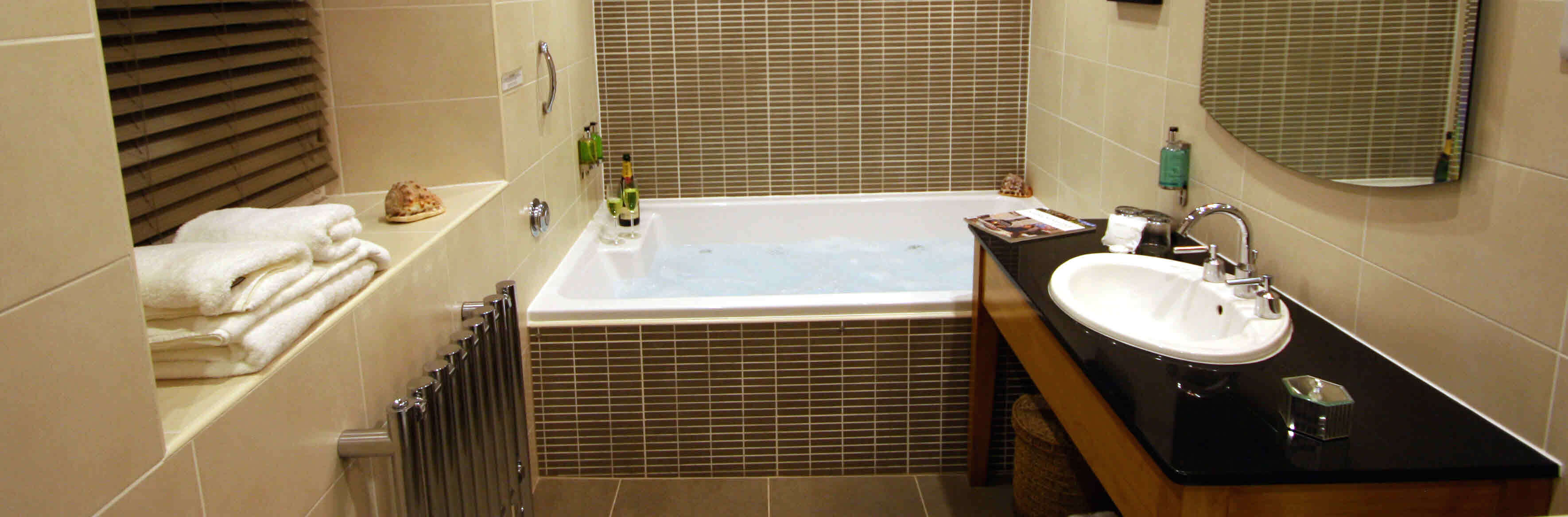 hotel bedrooms with en-suite jacuzzi