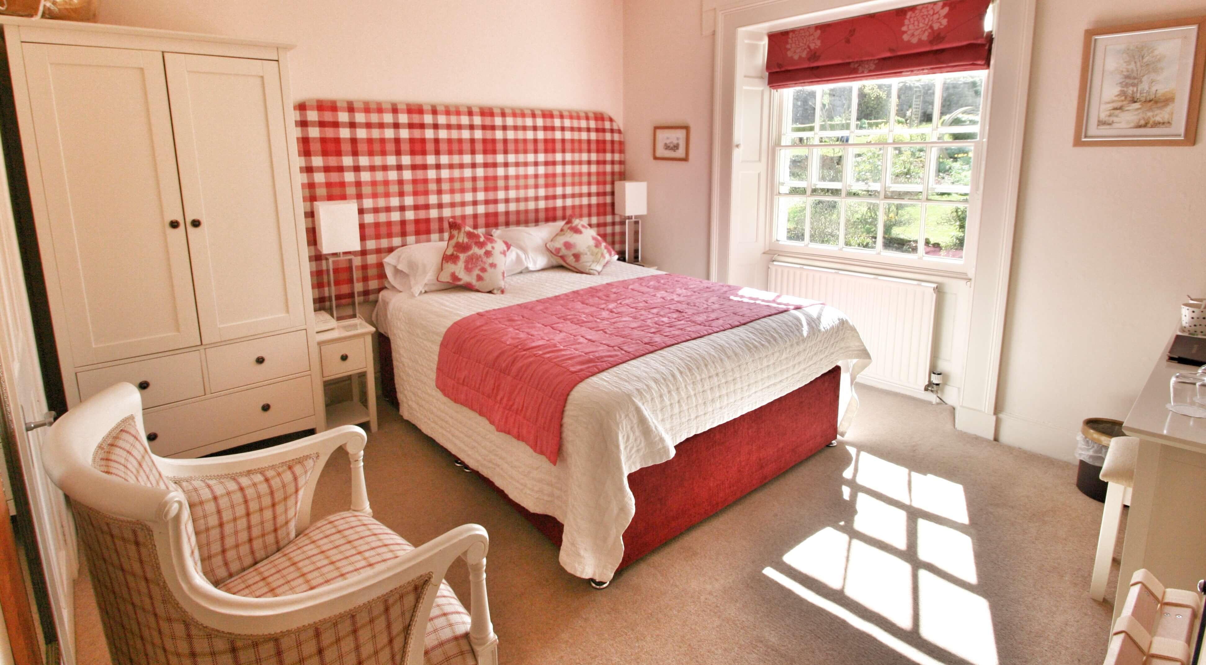 Master bedroom with en-suite spa bath